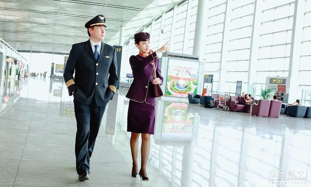 天津航空庆成立6周年 发飞行员空姐写真照